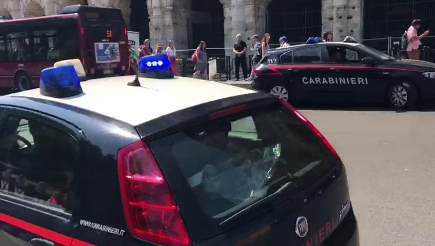 macchina dei carabinieri parcheggiata davanti al colosseo