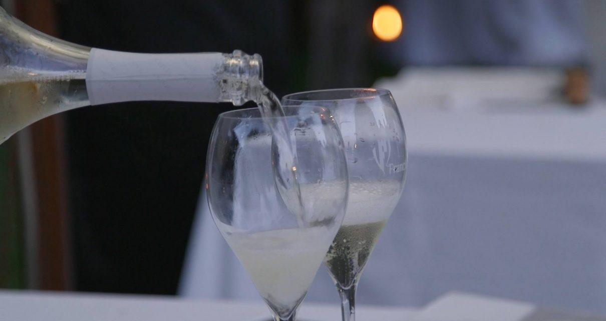 prosecco versato neo bicchieri