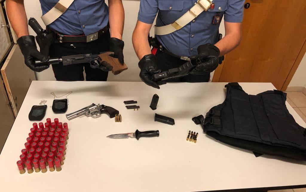 FRASCATI - Le armi sequestrate dai Carabinieri (1)