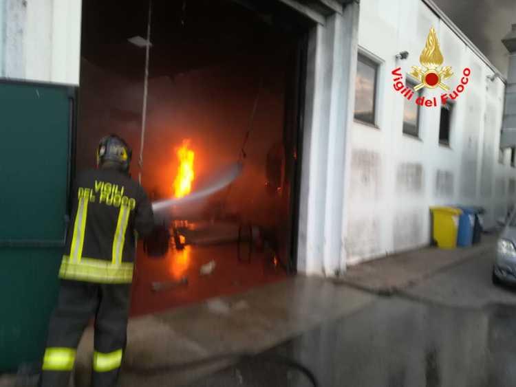 violento incendio in un capannone